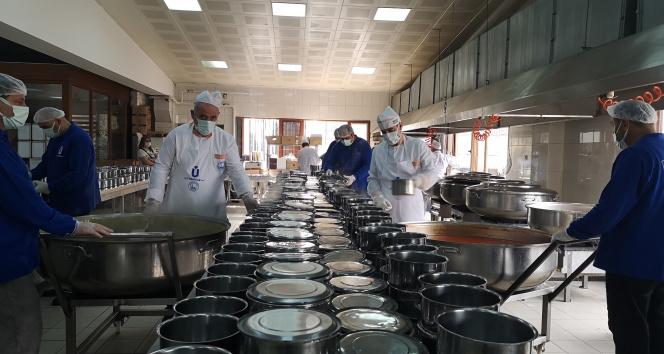 Üsküdar'da ihtiyaç sahibi binlerce aileye her gün sıcak yemek ulaştırılıyor
