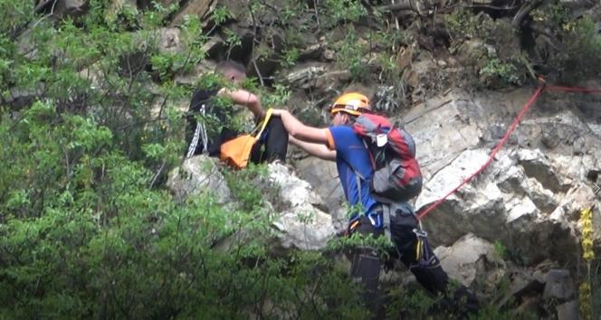 Polisten korkup kaçtı, kayalıklarda mahsur kaldı