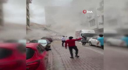 Zeytinburnunda boşaltılan binanın çökme anı kamerada