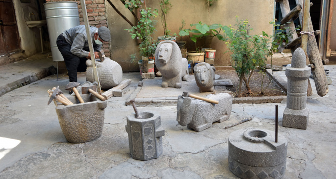 Taşlara şekil vererek eserler ortaya çıkarıyor