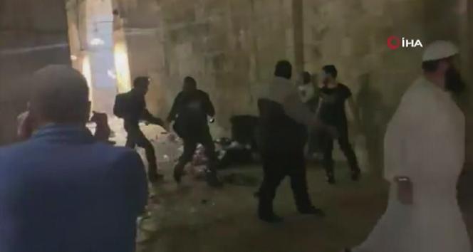 İsrail güçlerinden Mescid-i Aksa'da Filistinlilere saldırı!