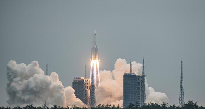 Çin roketinin enkazı atmosferde yandı, parçalar Hint okyanusuna düştü