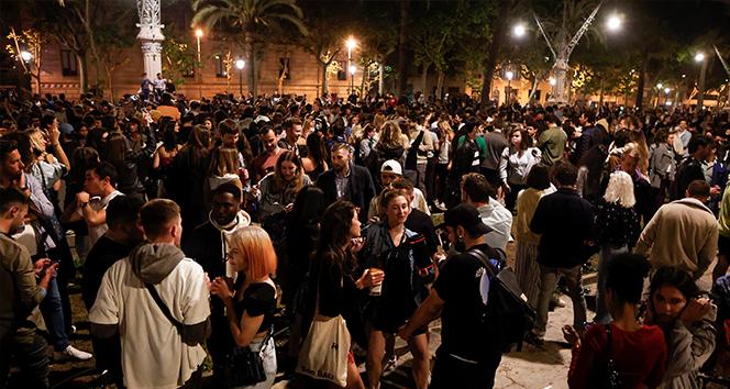 İspanya'da Covid-19 OHAL'inin sona ermesi sokak partileriyle kutlandı