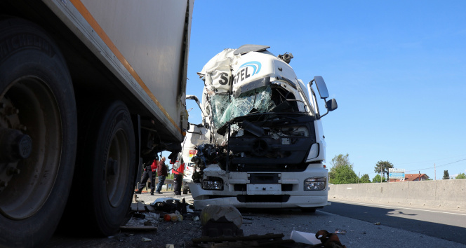 D650'de korkutan kaza: Lastiği patlayan tanker, tıra çarptı