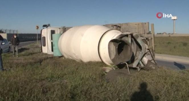 Beton yüklü mikser virajı alamayıp yola devrildi