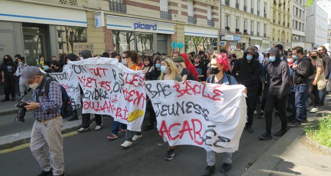 Paris'te öğrenciler, hükümetin salgını yönetememesini protesto etti