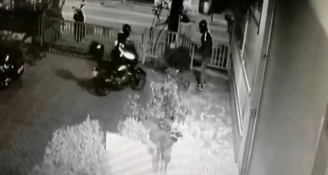 Ataşehir'de kısıtlama gününde apartman bahçesinden motosiklet çalındığı anlar kamerada