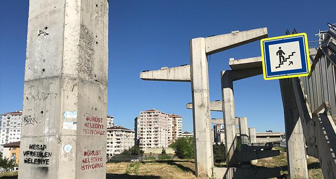 İstanbul'da engelli rampası olmayan üst geçit için 'Dürüst belediye istiyoruz' tepkisi