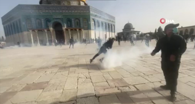 İsrail polisi, Mescid-i Aksa'da Filistinlilere müdahale etti: En az 200 Filistinli yaralandı