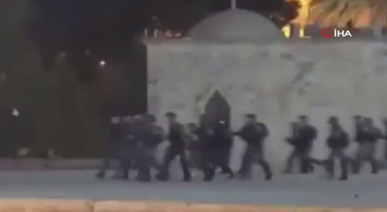 İsrail güçleri, Mescid-i Aksada ibadet edenlere saldırdı