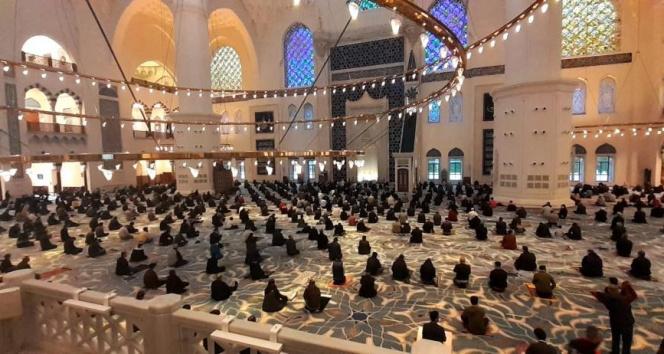 Büyük Çamlıca Camii'nde korona virüs tedbirleriyle bayram namazı kılındı