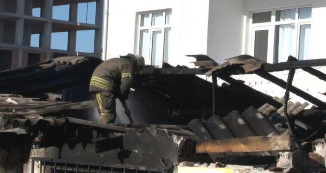 Başakşehir'de gecekondu yangını, itfaiye seferber oldu