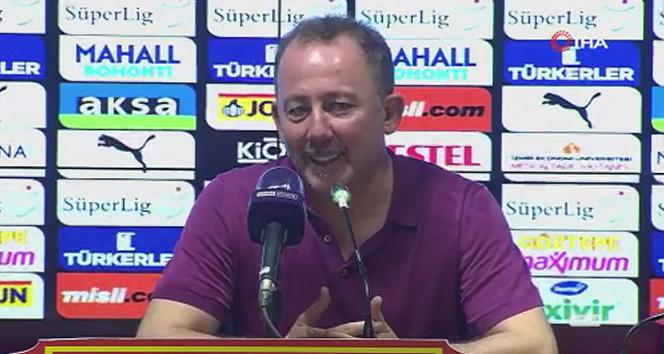 Futbolcular Sergen Yalçın'ın basın toplantısını bastı
