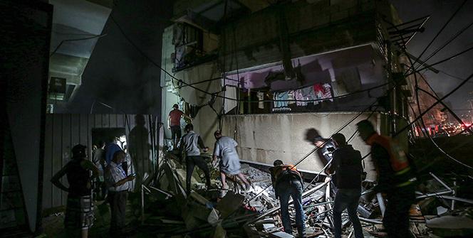 Gazzede siviller yıkılan binaların enkazından çıkarılıyor