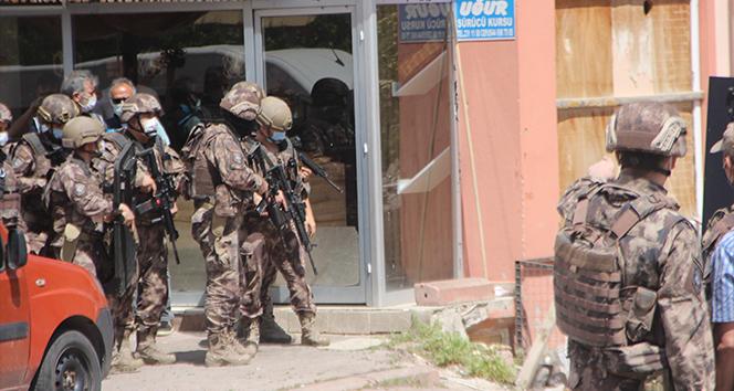 Özel harekat polislerinden aksiyon filmlerini aratmayan operasyon