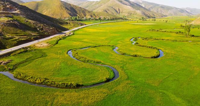 Tatvan'da sarı ve yeşil renklerin arasından süzülen menderes görsel şölen sunuyor