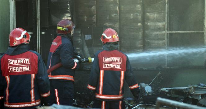 Sakarya'da fabrikanın deposunda yangın