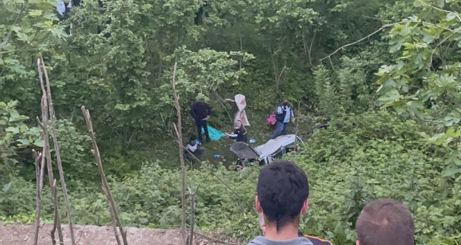 Virajı alamayan araç dereye uçtu: 2 ölü