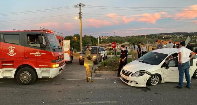 İzmir'de feci kazada can pazarı: Araçlarda sıkışan 3 kişi hastaneye kaldırıldı
