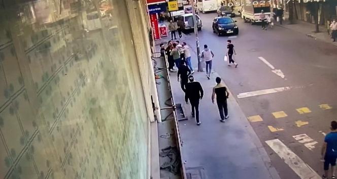 Sokak ortasında tekmeli sopalı kavga kamerada