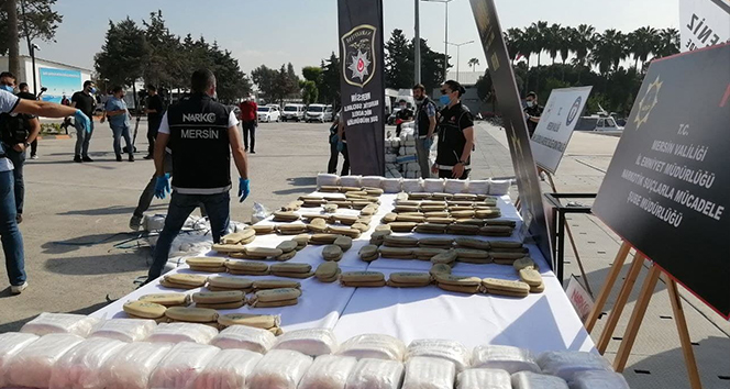 Akdeniz'de ele geçirilen 1,5 ton uyuşturucu Mersin'de sergilendi