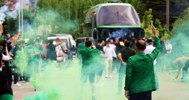 Sakaryaspor yarı finale meşaleler ile uğurlandı
