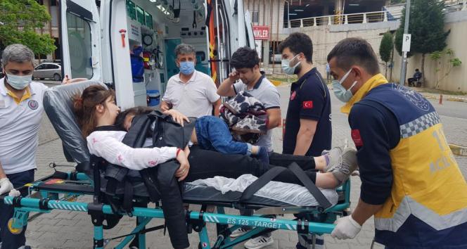 Kazada yaralanan annesinin sedyede kucağından inmedi