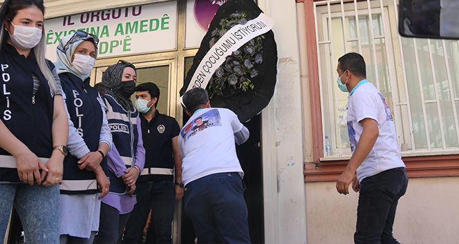 Evlat nöbetindeki baba, HDP'nin kapısına siyah çelenk bıraktı