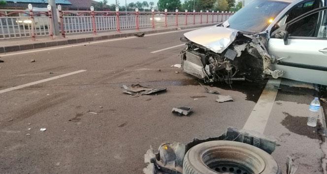 Otomobiller çarpıştı, ortalık savaş alanına döndü: 2 yaralı
