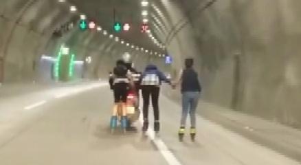 Üsküdarda patenci gençlerin motosiklet peşindeki tehlikeli yolculuğu