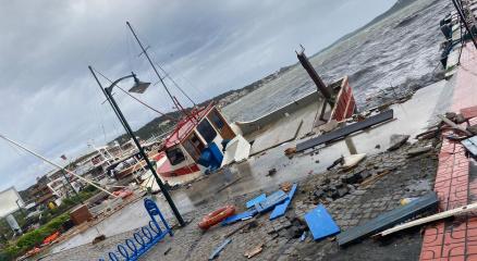 Ayvalıkta fırtına onlarca tekneyi batırdı, bir kişi batan tekneden denize böyle düştü