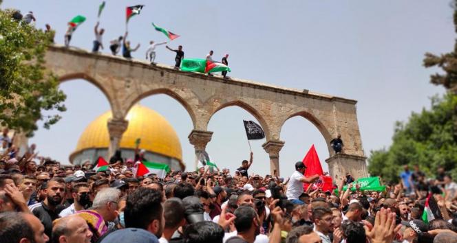 İsrail polisi'nden Mescid-i Aksa'ya saldırı!