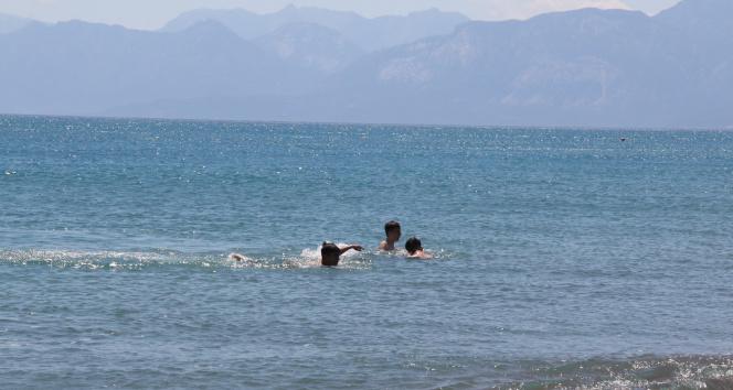 Hava sıcaklığının 35 dereceye kadar çıkmasını fırsat bilen vatandaşlar denize koştu