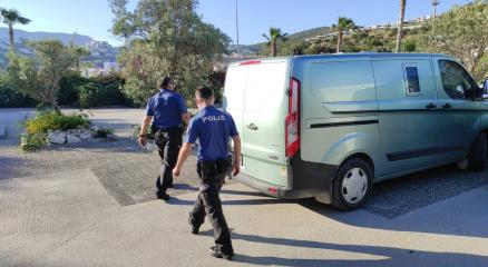 Bodrumda bankaya ve zırhlı araçlara taşlı saldırı