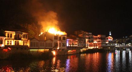 Amasyada tarihi evlerin bulunduğu alandaki otelde yangın çıktı