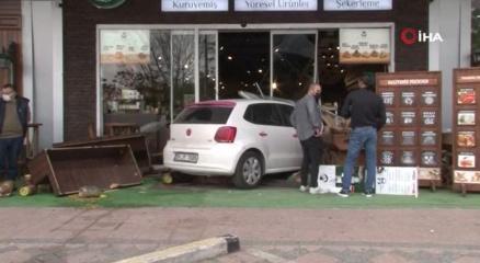 Kadın sürücü fren yerine gaza basınca dükkanın içine girdi