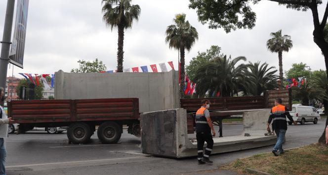 Fatih'te tırın üzerindeki 13 tonluk beton blok yola devrildi