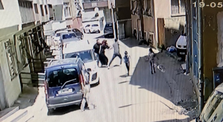İstanbulda dehşet anları kamerada: Ev sahibi kiracısını bıçakladı