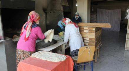 Çocuk yaşlarda öğrendiği tandırda ekmek pişirme işi gelir kapısı oldu