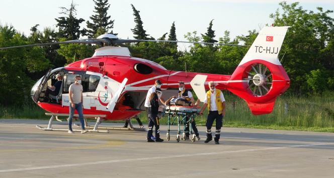 Kiraz ağacından düşen çiftçi, ambulans helikopterle hastaneye sevk edildi