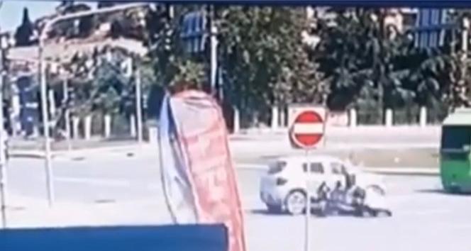 İstanbul'da feci kaza kamerada: Otomobilin çarptığı motosikletli yere savruldu
