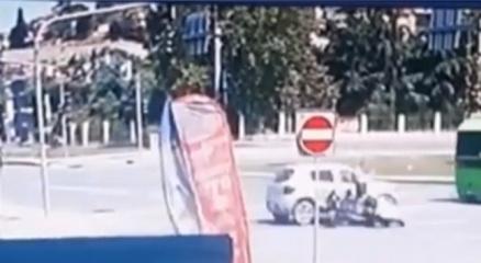 İstanbulda feci kaza kamerada: Otomobilin çarptığı motosikletli yere savruldu