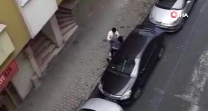 Hamile karısını sokak ortasında dövdü