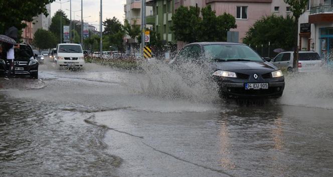 Şiddetli yağmur caddeleri suyla doldurdu