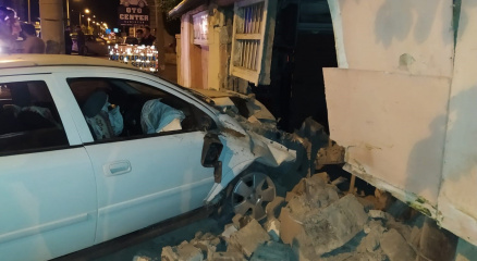 Otomobil tamirhanenin duvarına çarptı: 4 yaralı