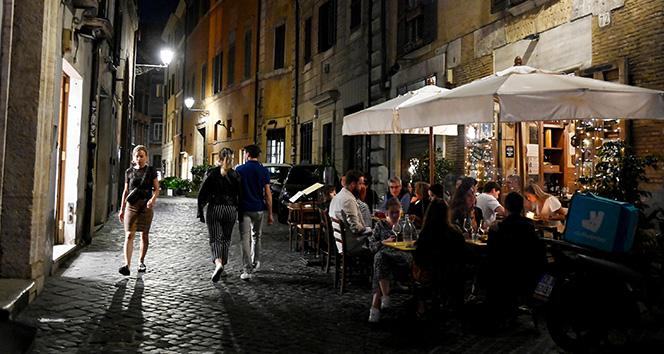 İtalya'da son 24 saatte bin 390 yeni vaka