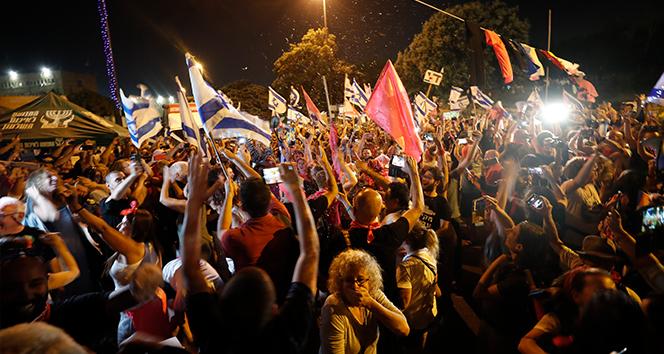 İsrailde binlerce kişi Netanyahunun gidişini kutladı