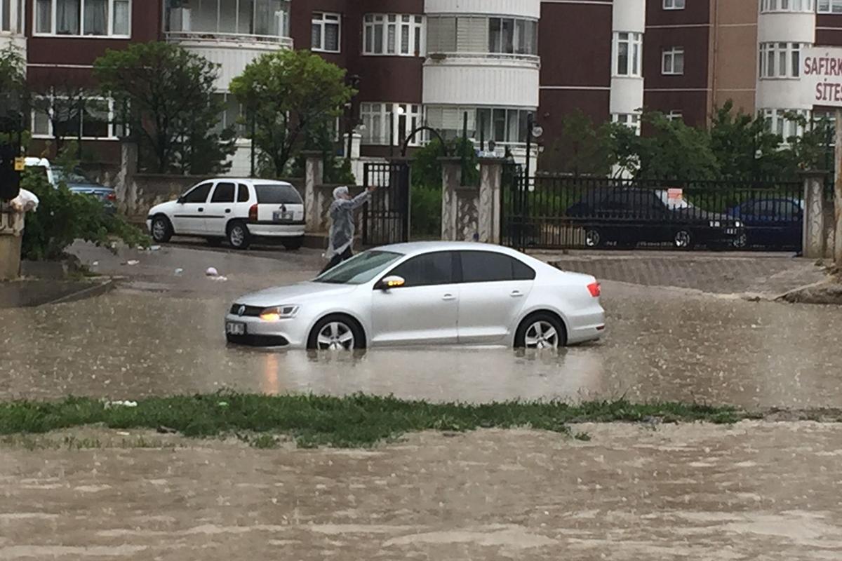 Ankara'da yağmur yağışı sonrası yollar havuza döndü