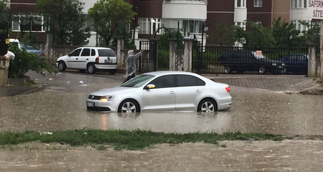 Ankarada yağmur yağışı sonrası yollar havuza döndü