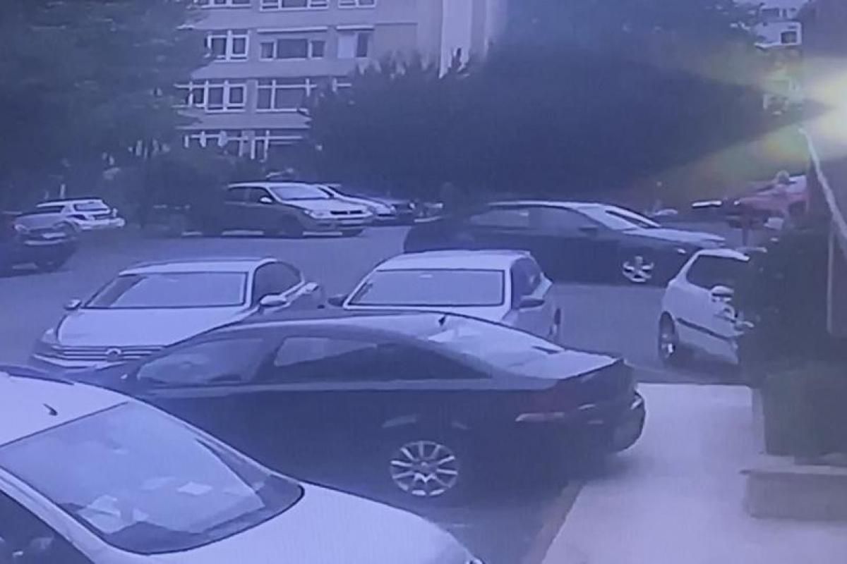 Otoparkta bir anda gaza bastı, binaya böyle çarptı